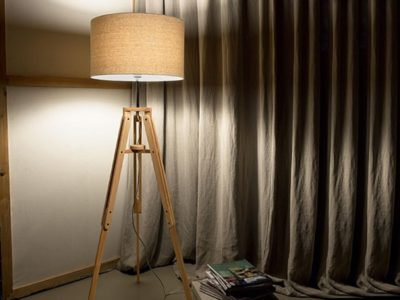 Lampadaire trépied bois et abat jour beige Kli ambiance