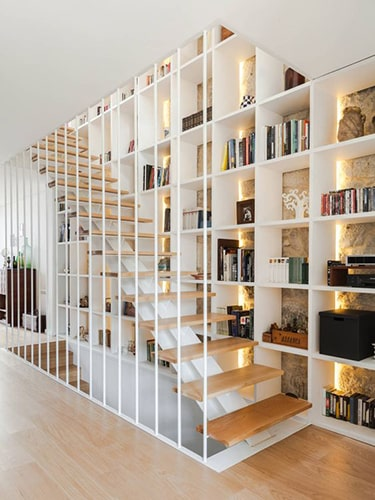 Bibliothèque dans escalier Meubles Bouchiquet