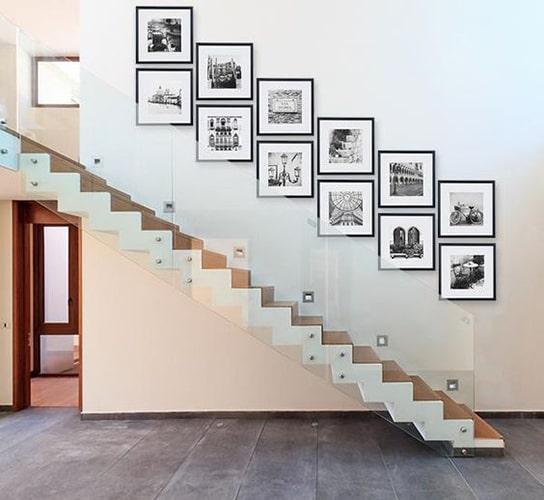 Décoration cadre dans escalier Meubles Bouchiquet