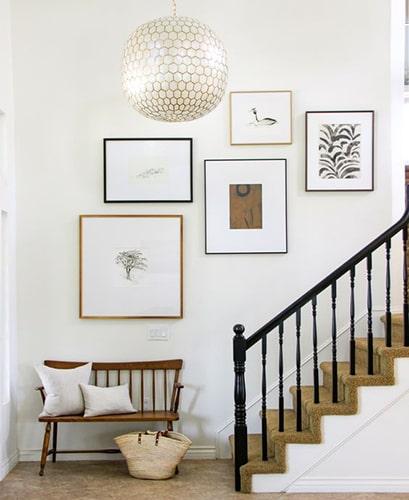 Décorer l'escalier avec des cadres déco Meubles Bouchiquet