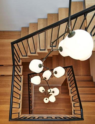 Décorer l'escalier avec un lustre Meubles Bouchiquet